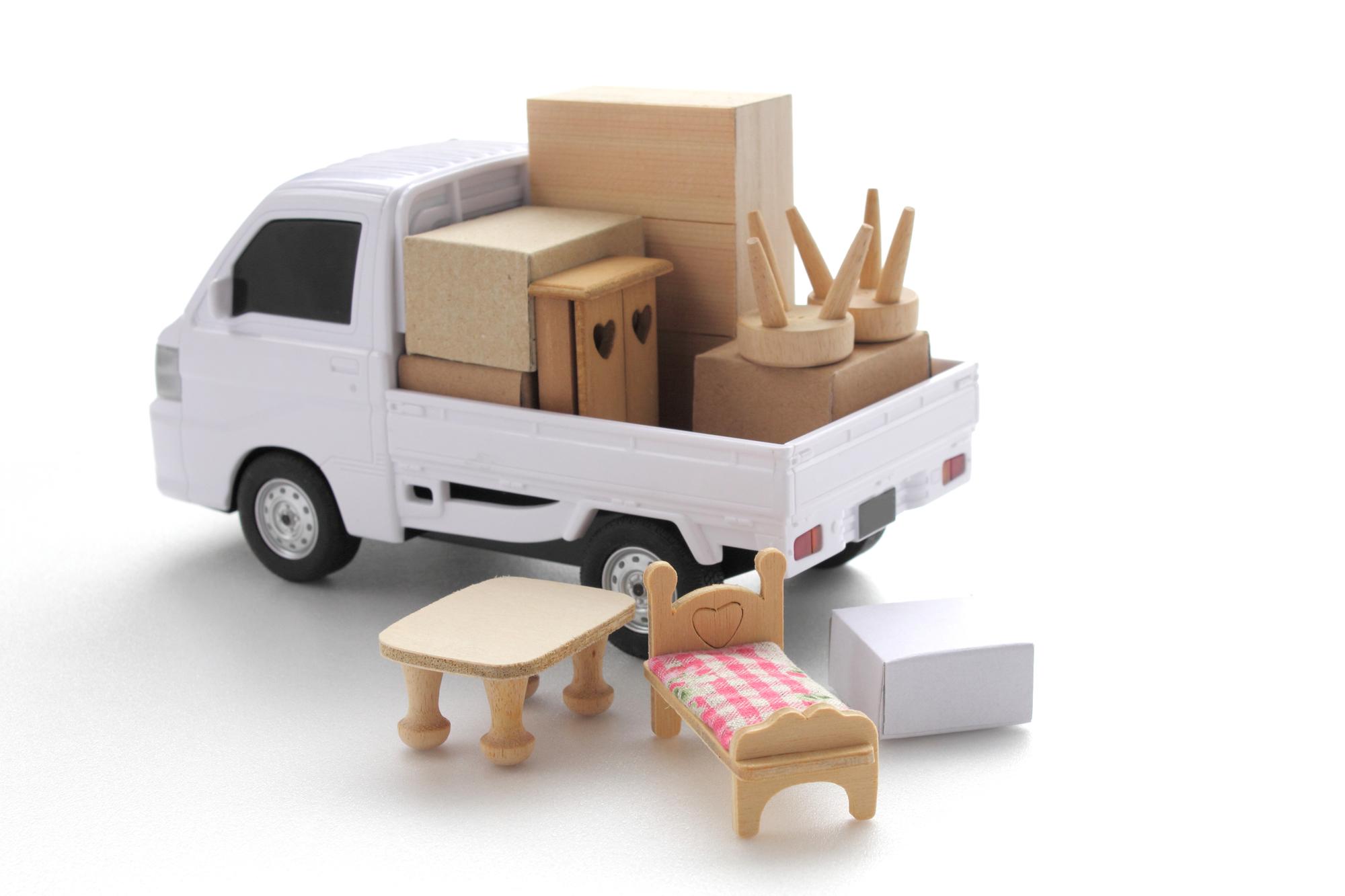 荷台にたくさんの引越し家財が積まれているおもちゃのトラック