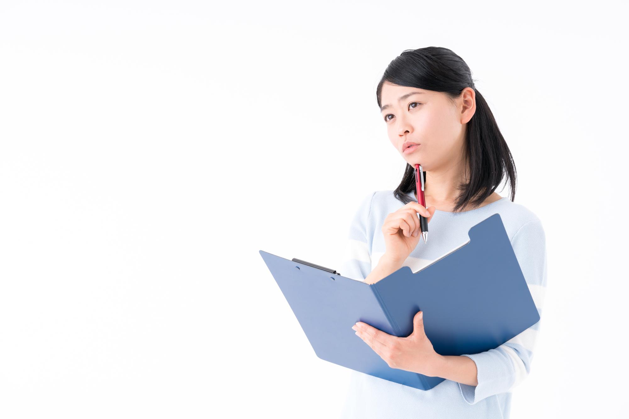 引越し手続きに必要なチャックリストをまとめる女性