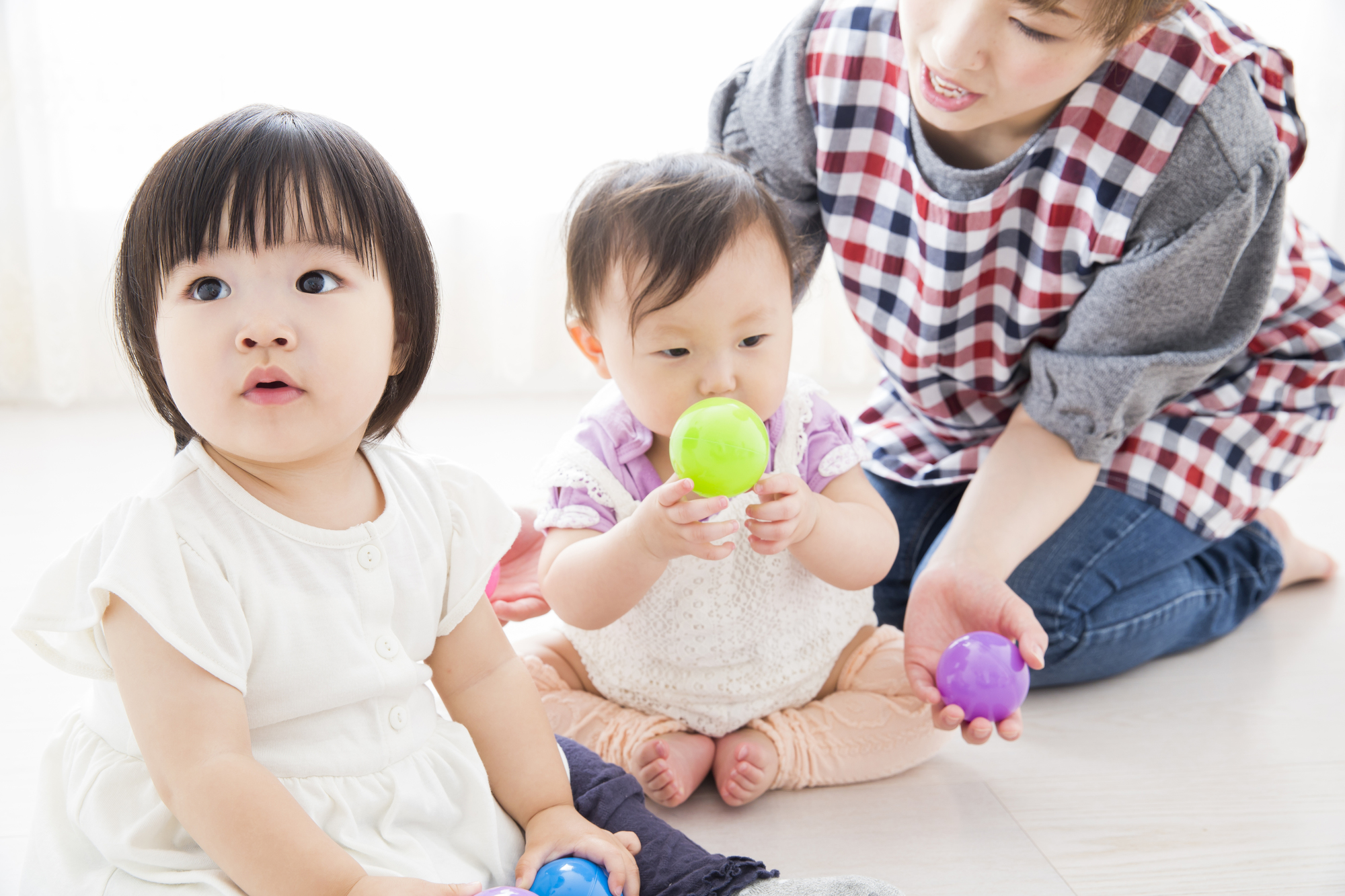 保育士と小さな子ども達