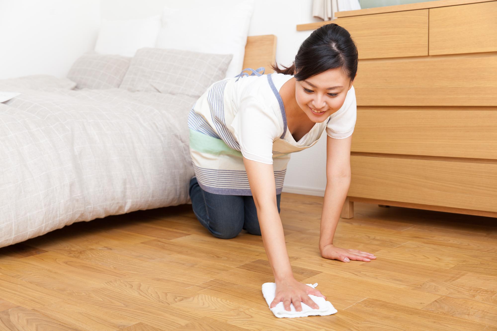 新居の床を拭き掃除する女性