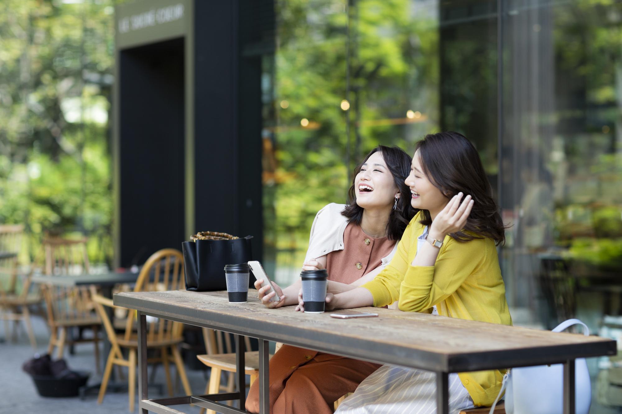 カフェで過ごす女性2人