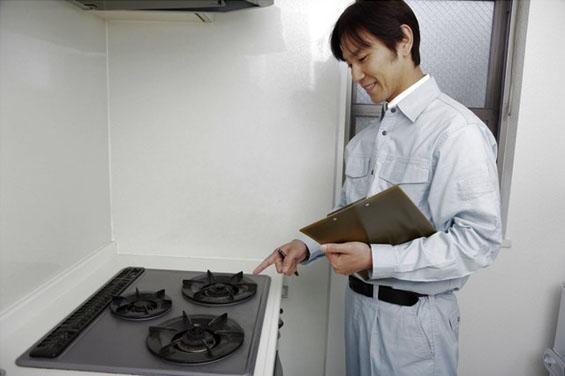 キッチンのガスコンロの開栓作業をする業者