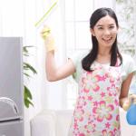 退去前に部屋の掃除をしている女性