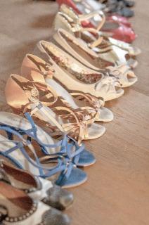 梱包するため並べられた女性用の靴