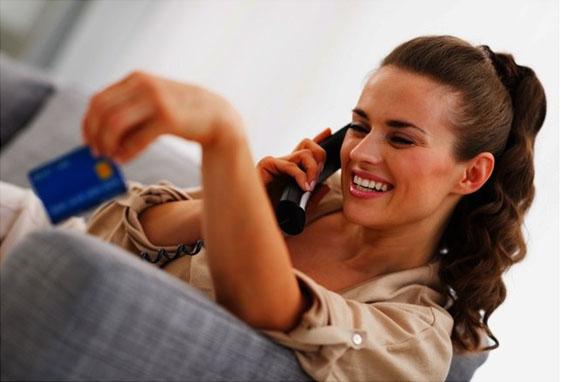 クレジットカード会社に住所変更の電話をする女性