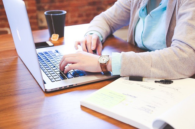 パソコンで作業する人