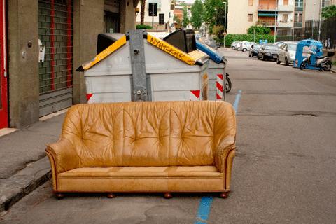 路上に置かれた粗大ゴミのソファ