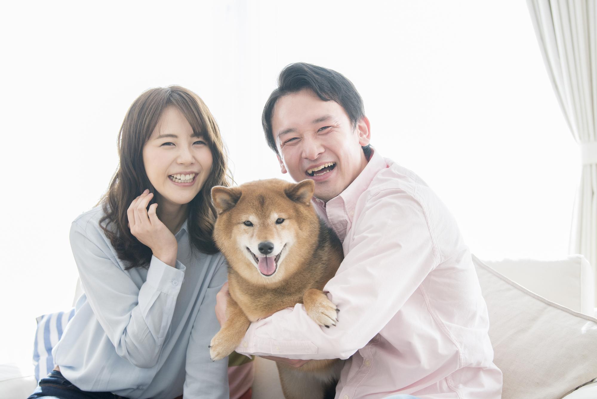 笑顔の夫婦と犬