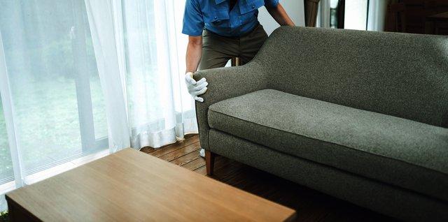 引越し先のリビングにソファを配置する引越し業者