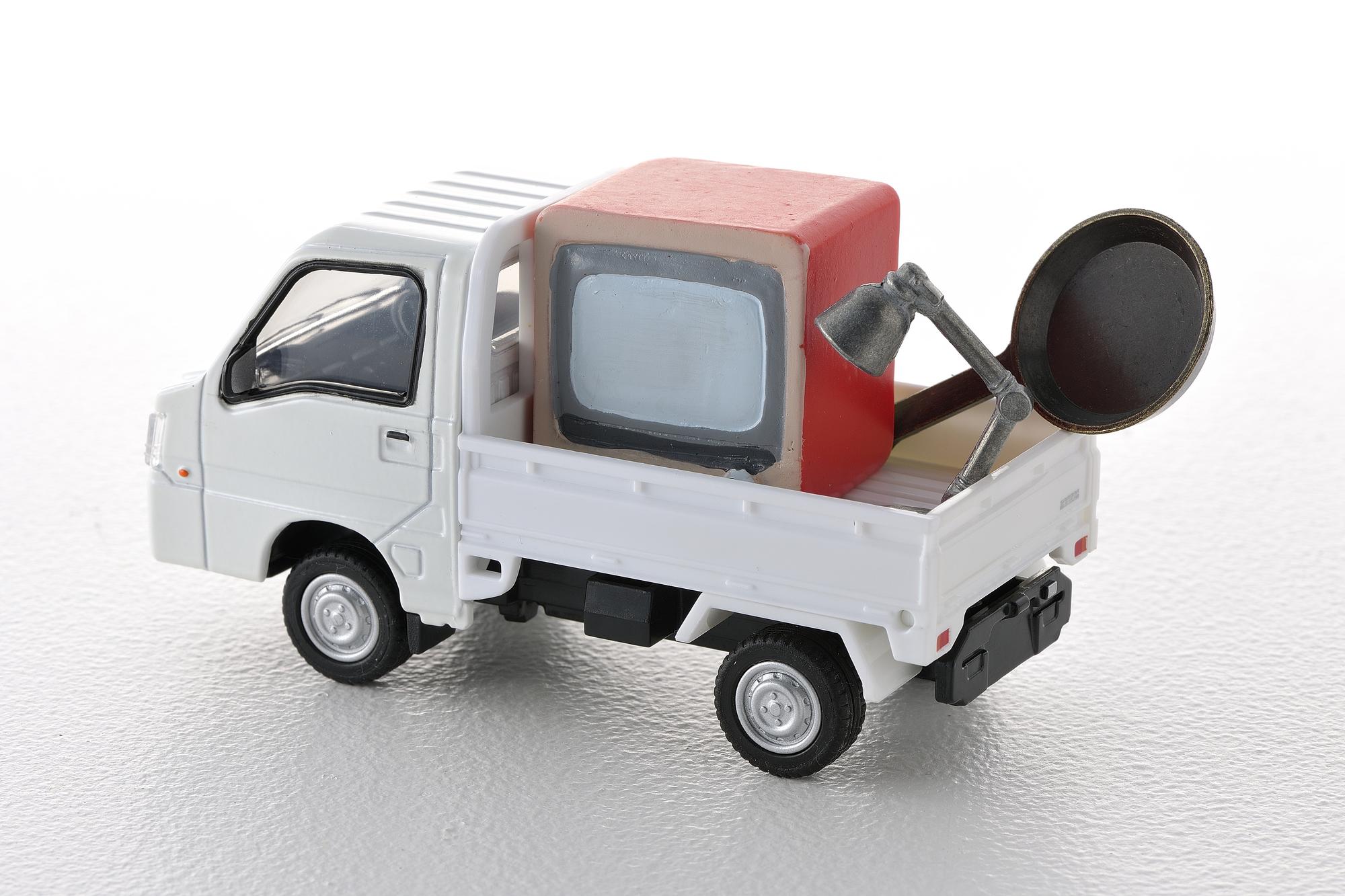 不用品を載せたトラック
