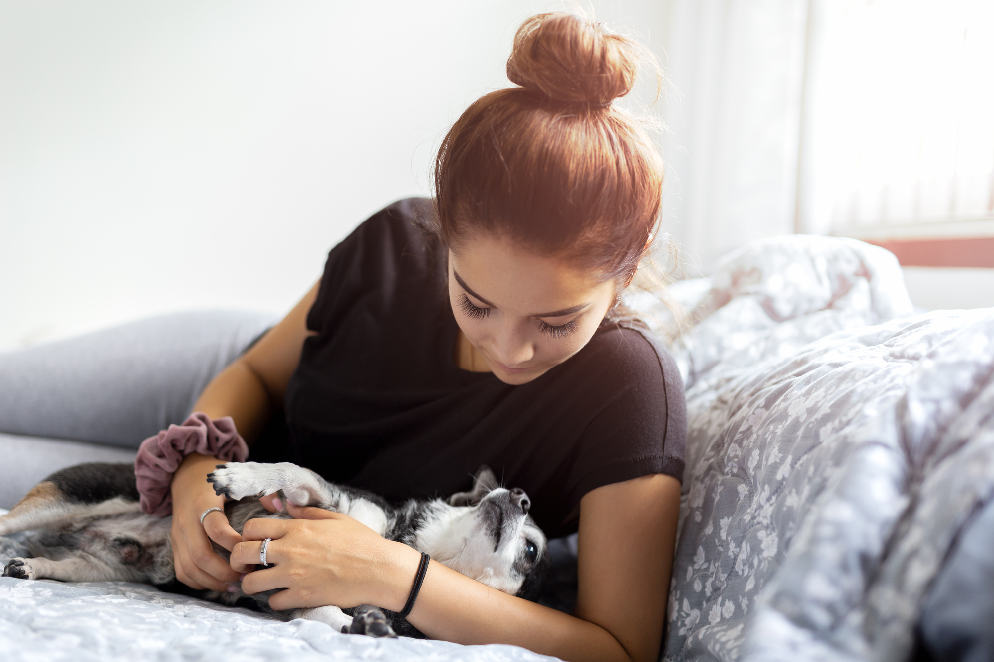犬と過ごす女性