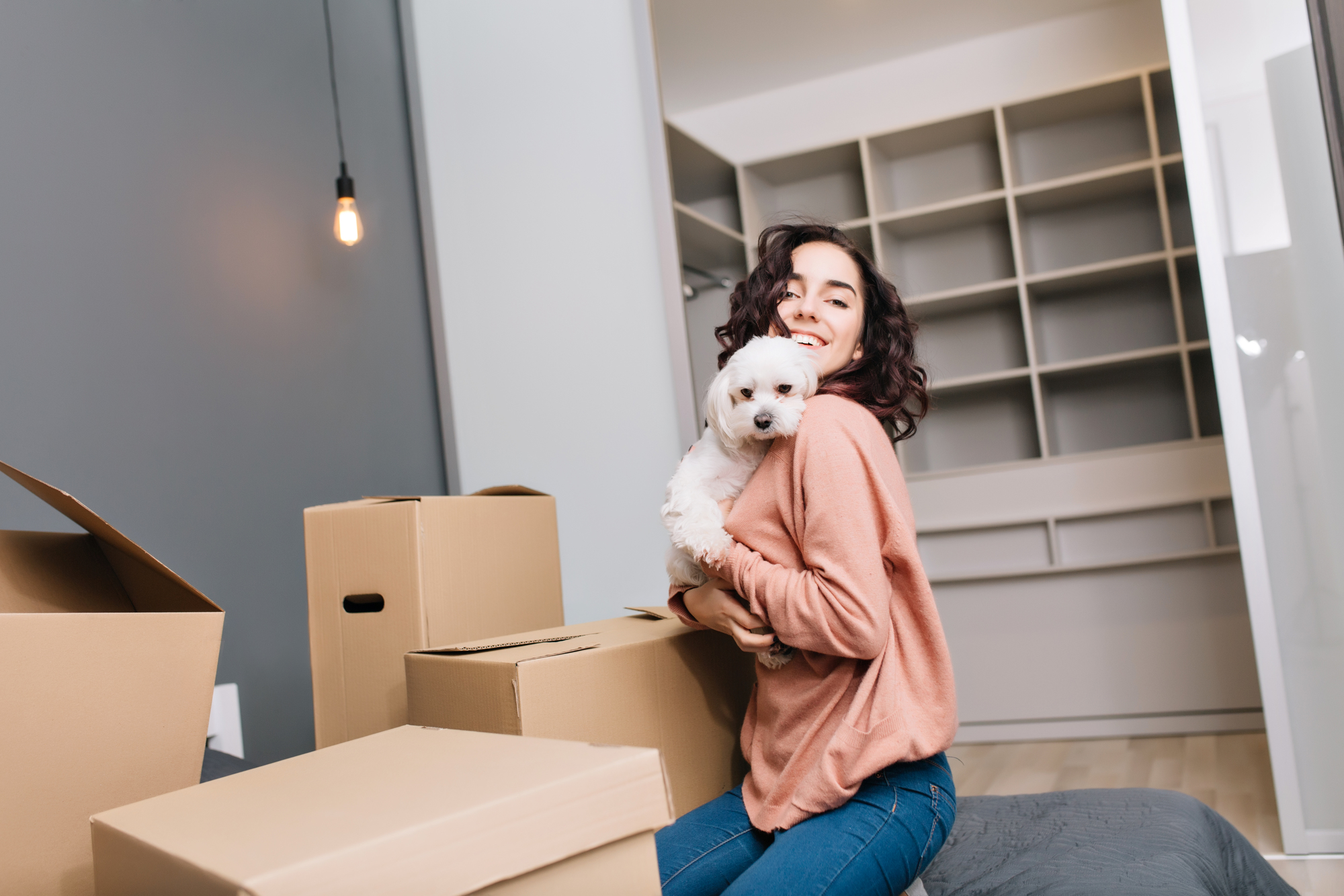 犬を抱いている女性