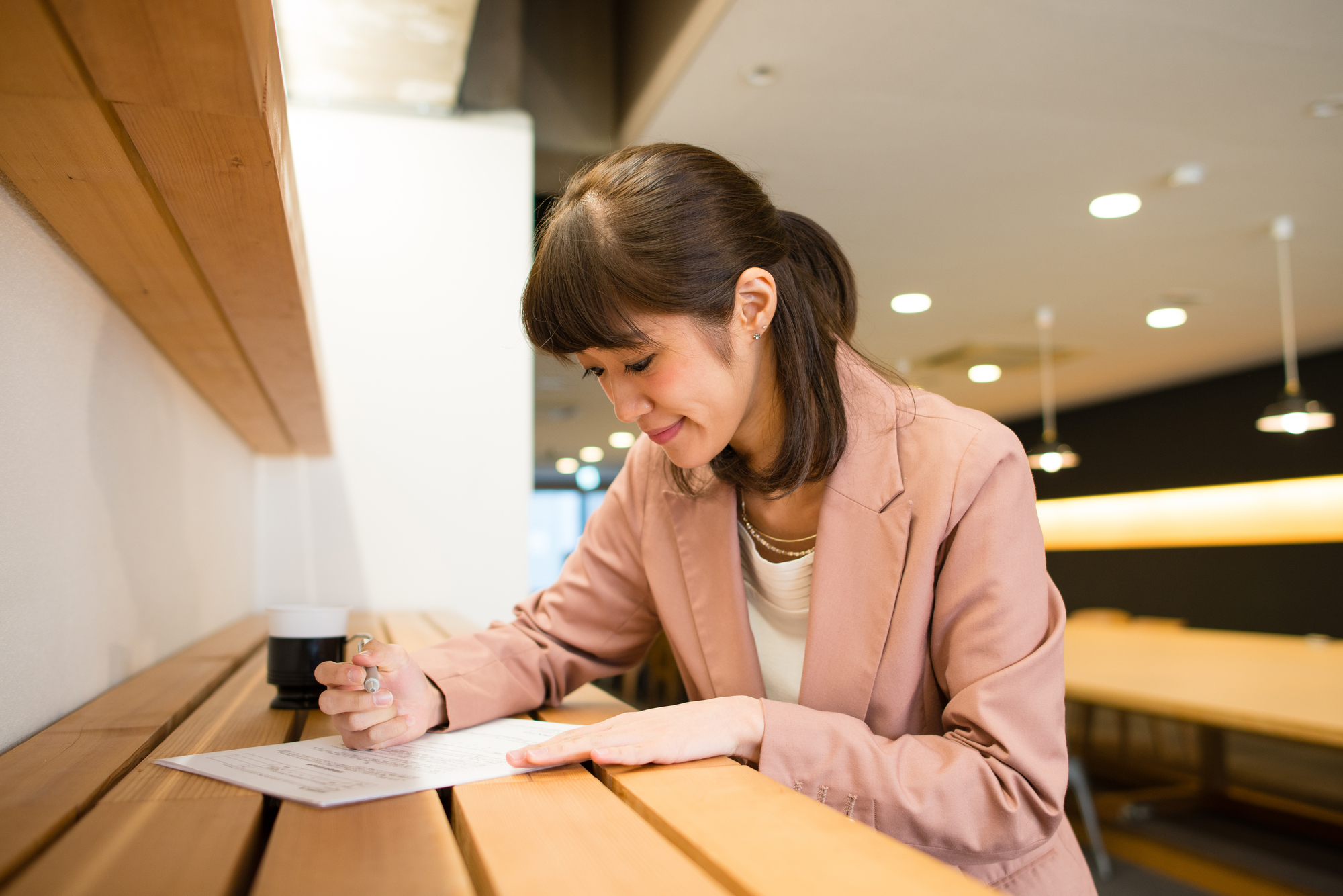 書類に記入する女性
