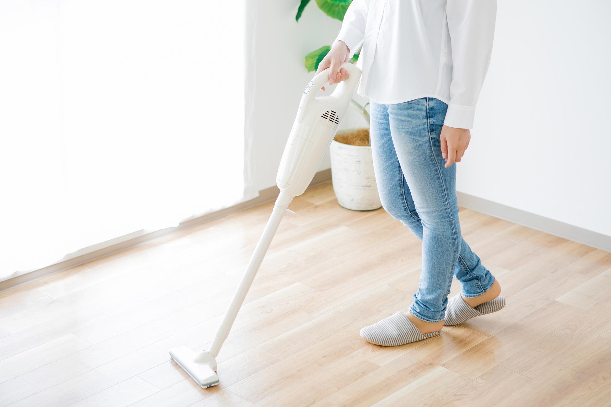 新居の掃除をする女性
