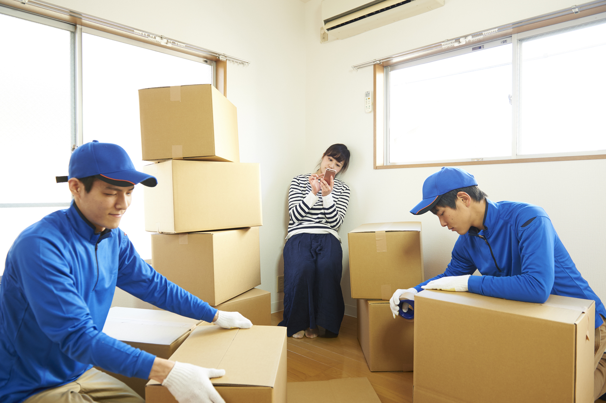 引越し業者に梱包を任せる女性
