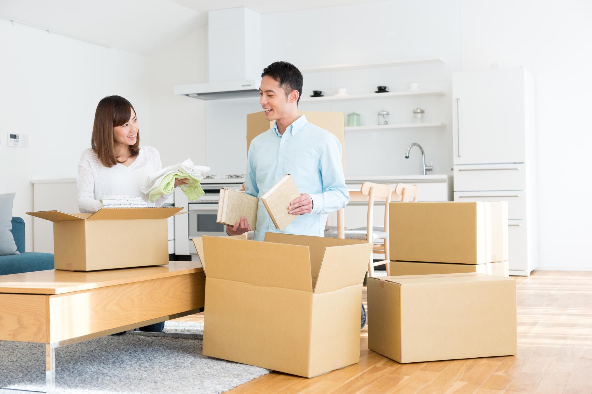 荷物を梱包するカップル