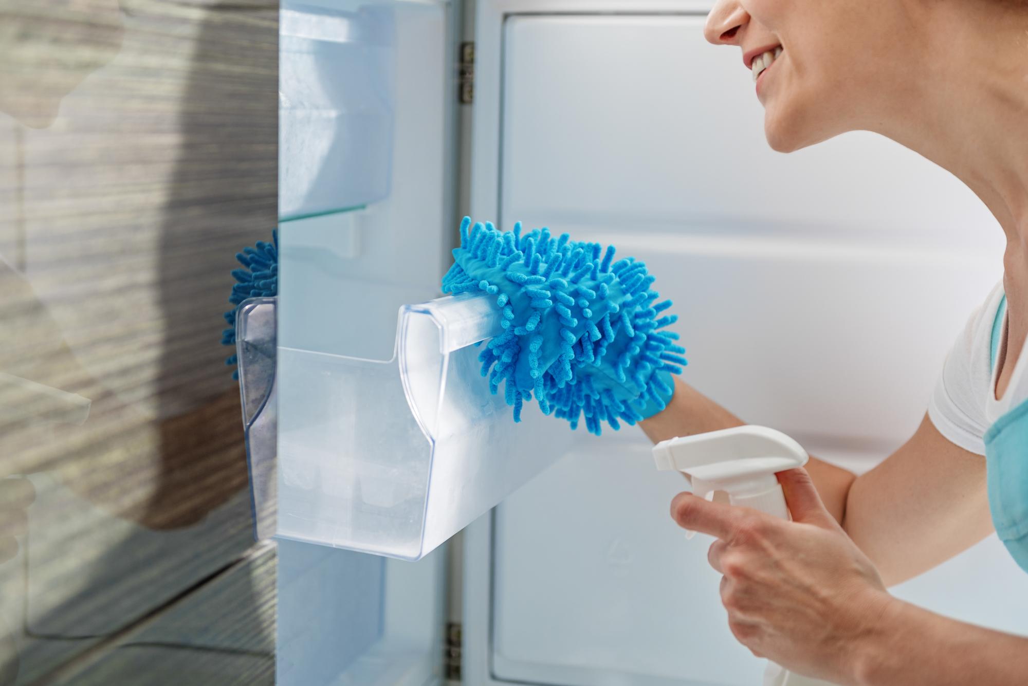 冷蔵庫を掃除する人