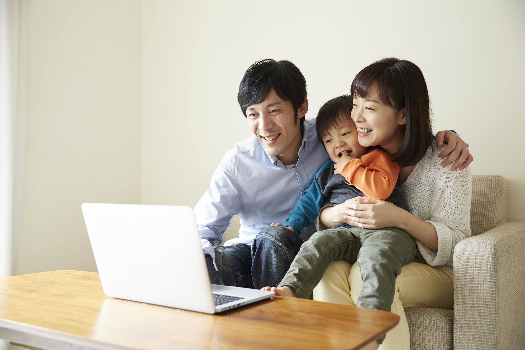 パソコンの画面を見ている家族