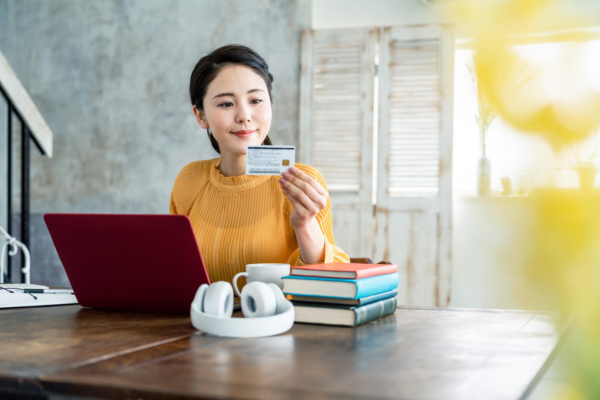 クレジットカードを確認する女性