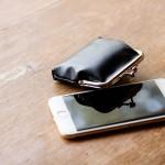 がま口とスマートフォンのイメージ写真
