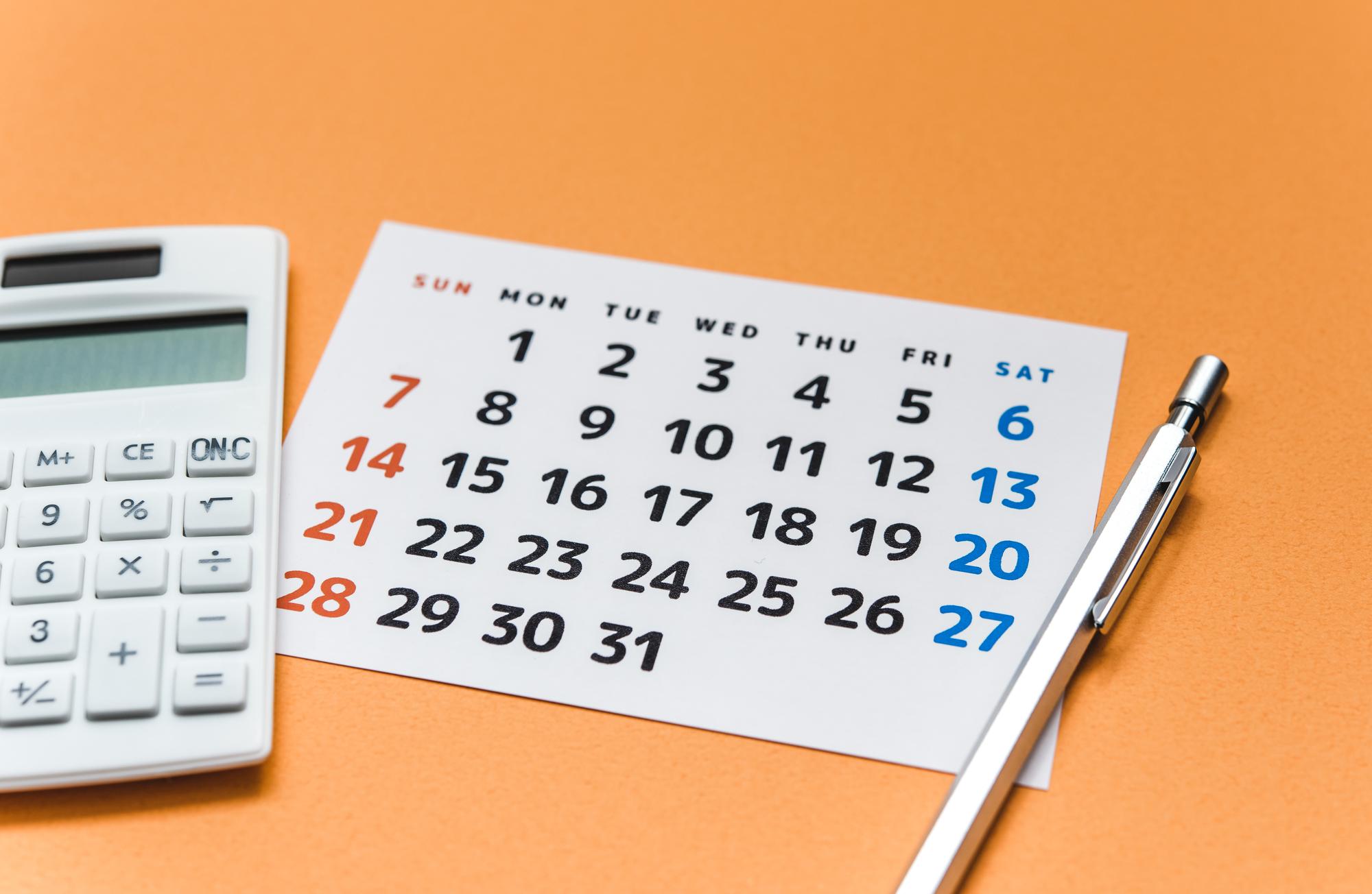 カレンダーと電卓のイメージ