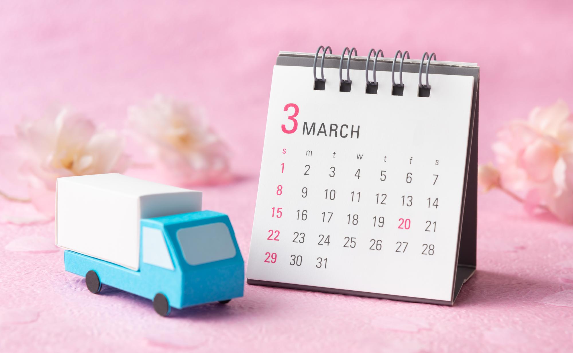 カレンダーとトラックのイメージ
