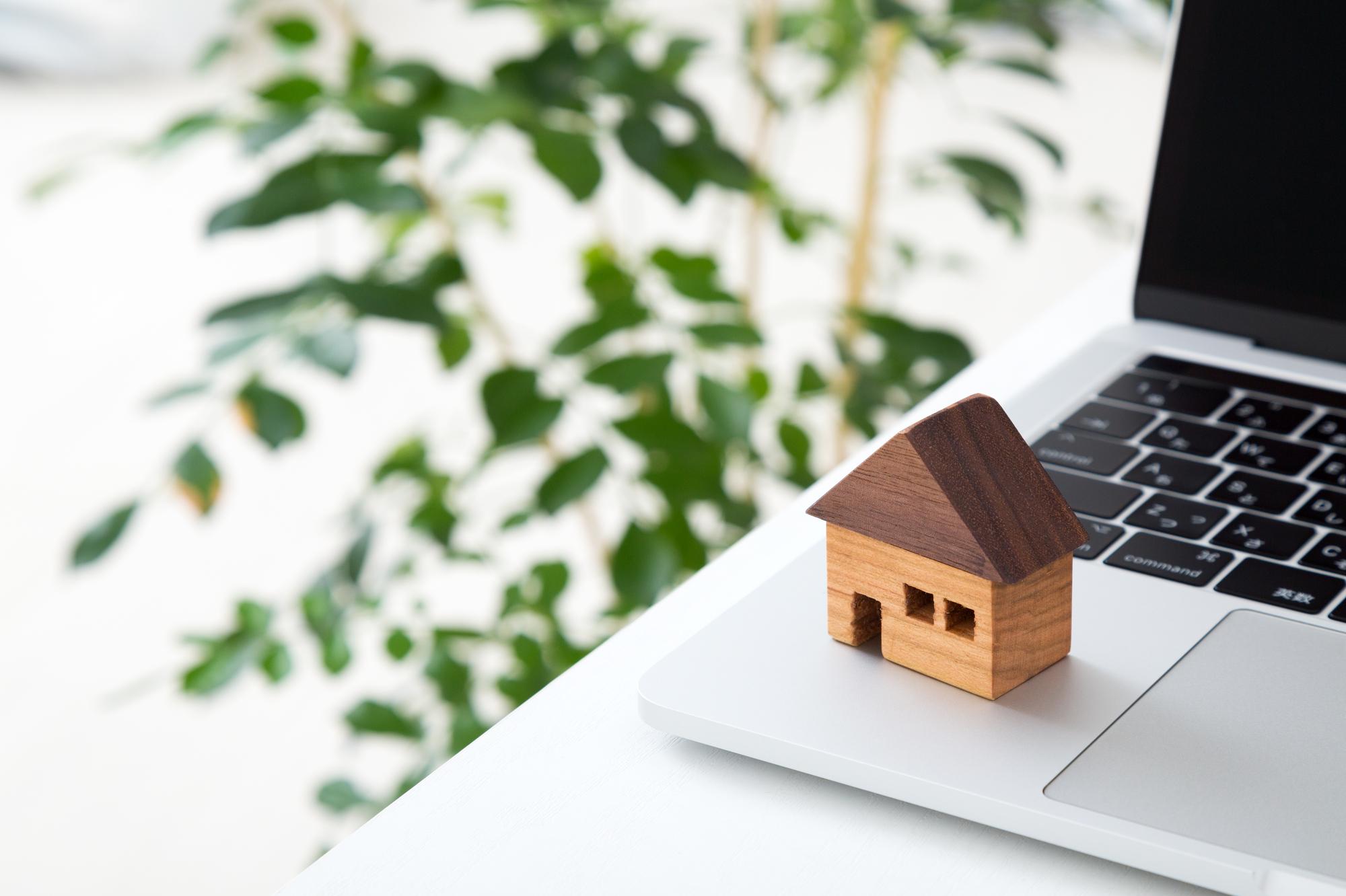家とパソコンのイメージ