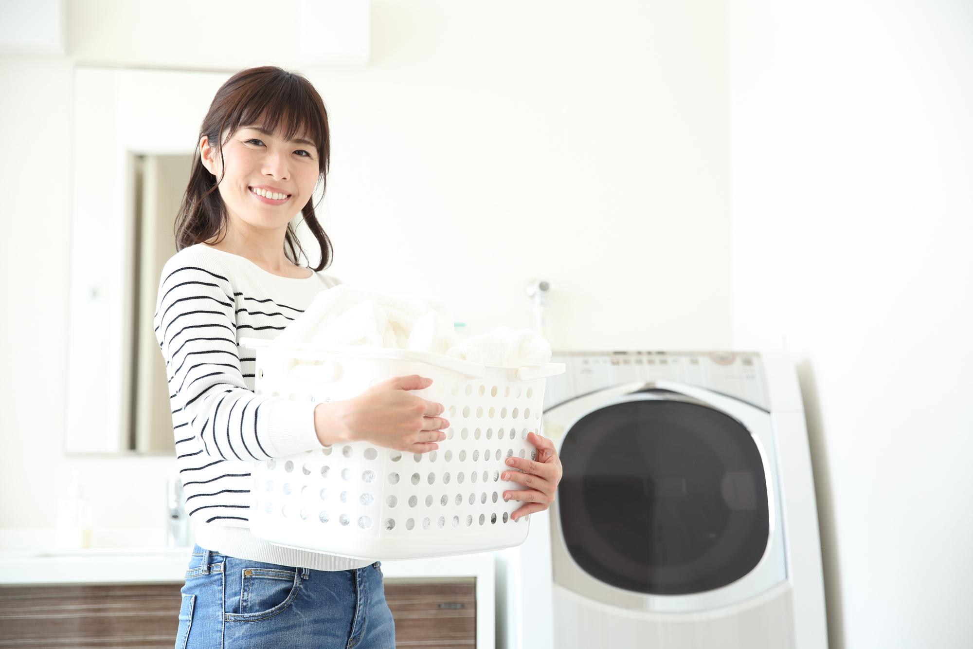 洗濯をする女性のイメージ写真