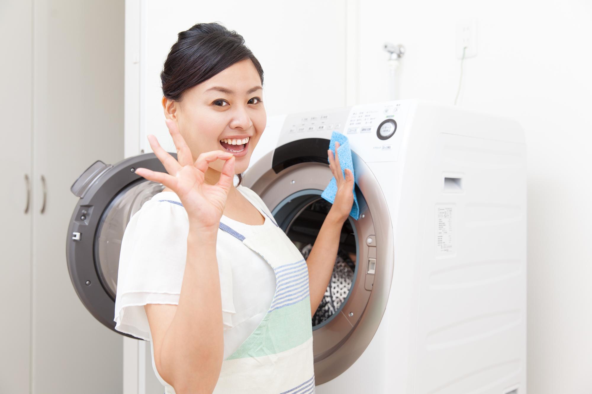 洗濯機を掃除する主婦