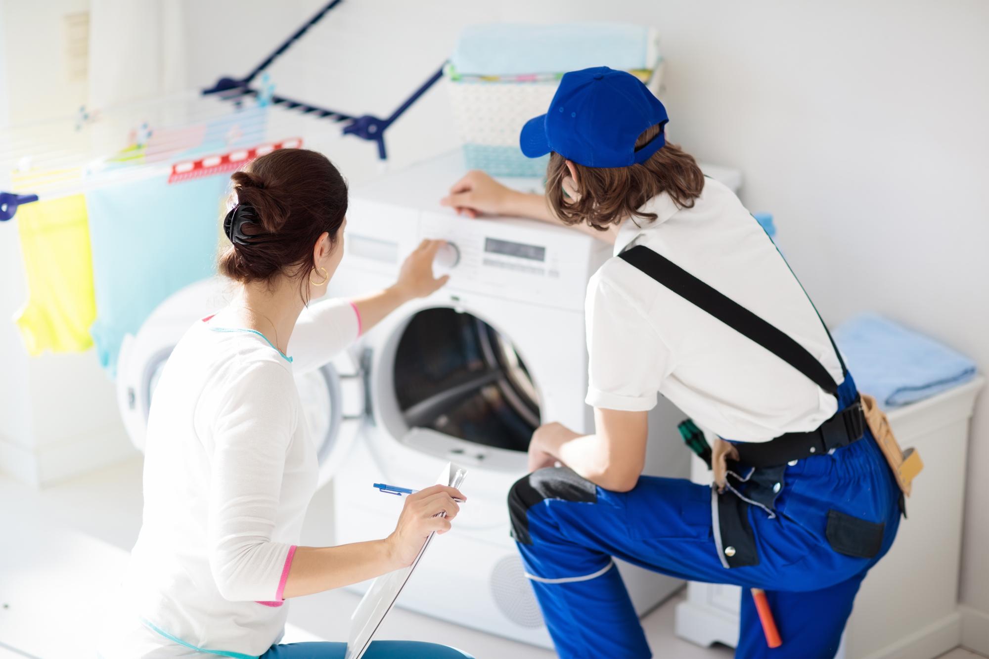 洗濯機の修理技術者