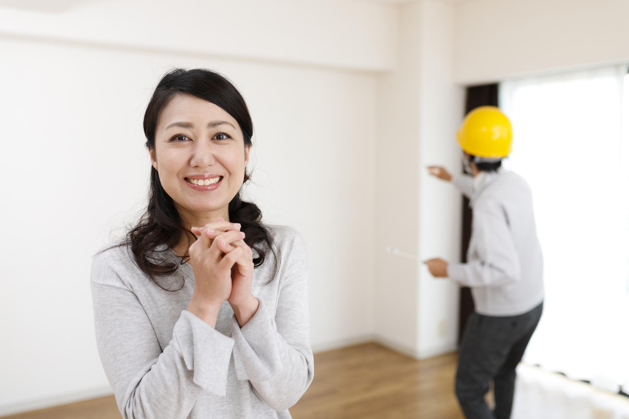 女性と住宅イメージ
