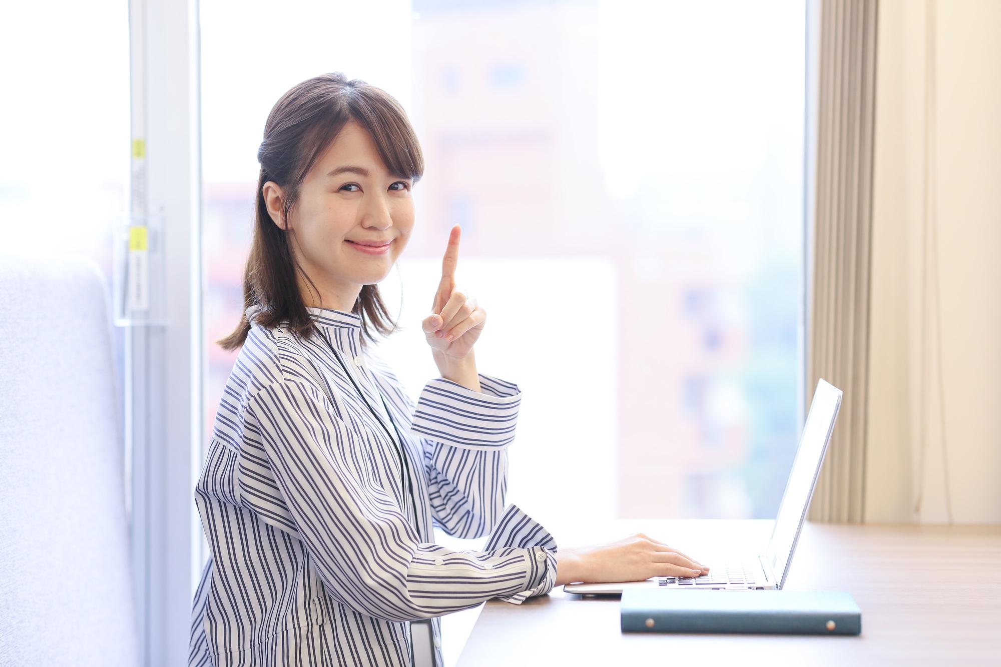 若い女性 パソコン