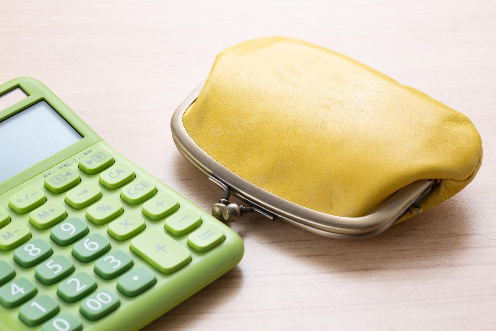 財布と電卓のイメージ