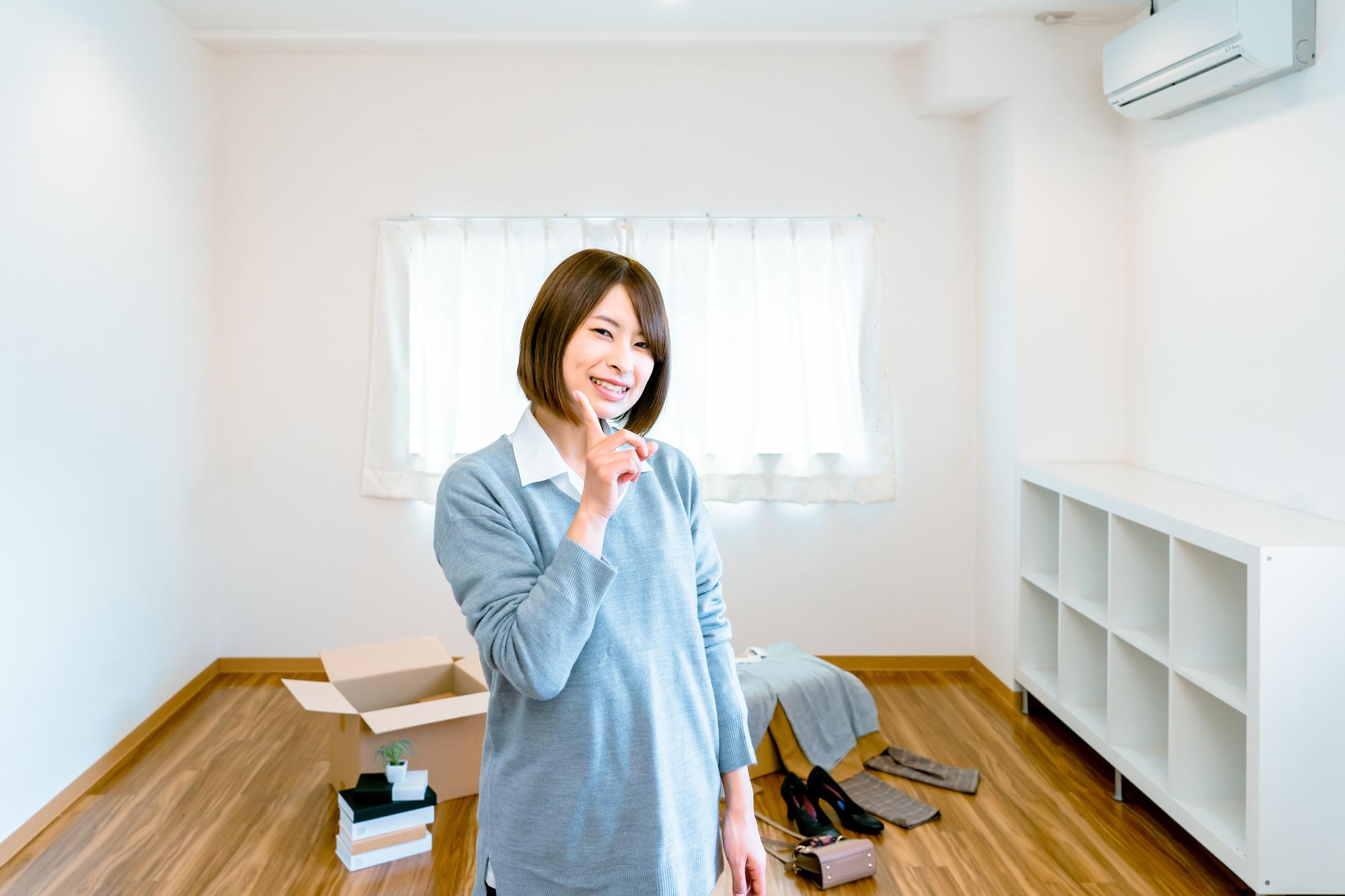 引っ越しする女性