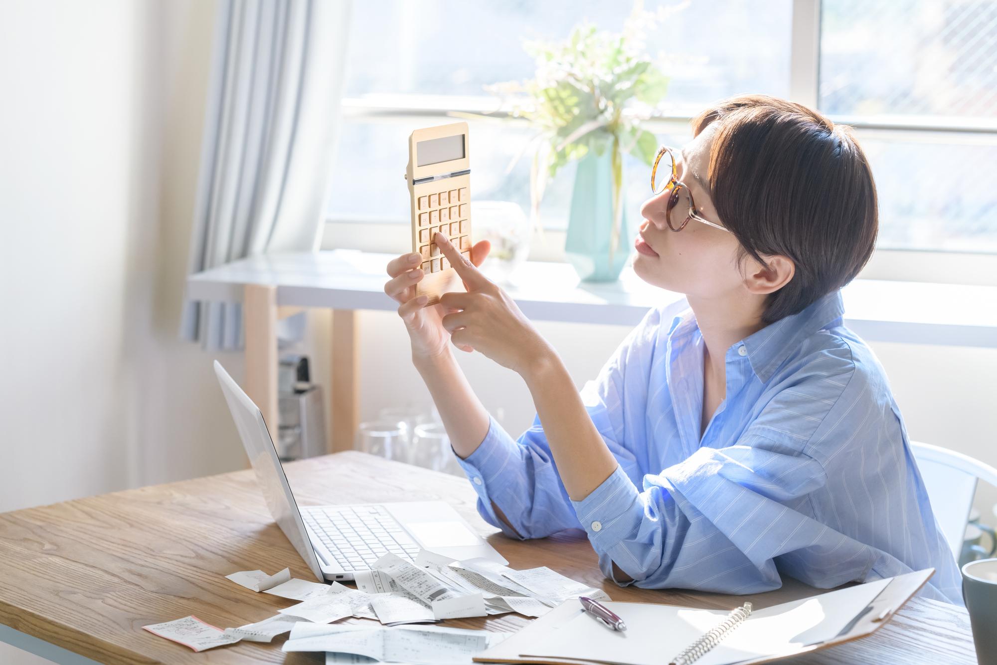 家計管理をする女性