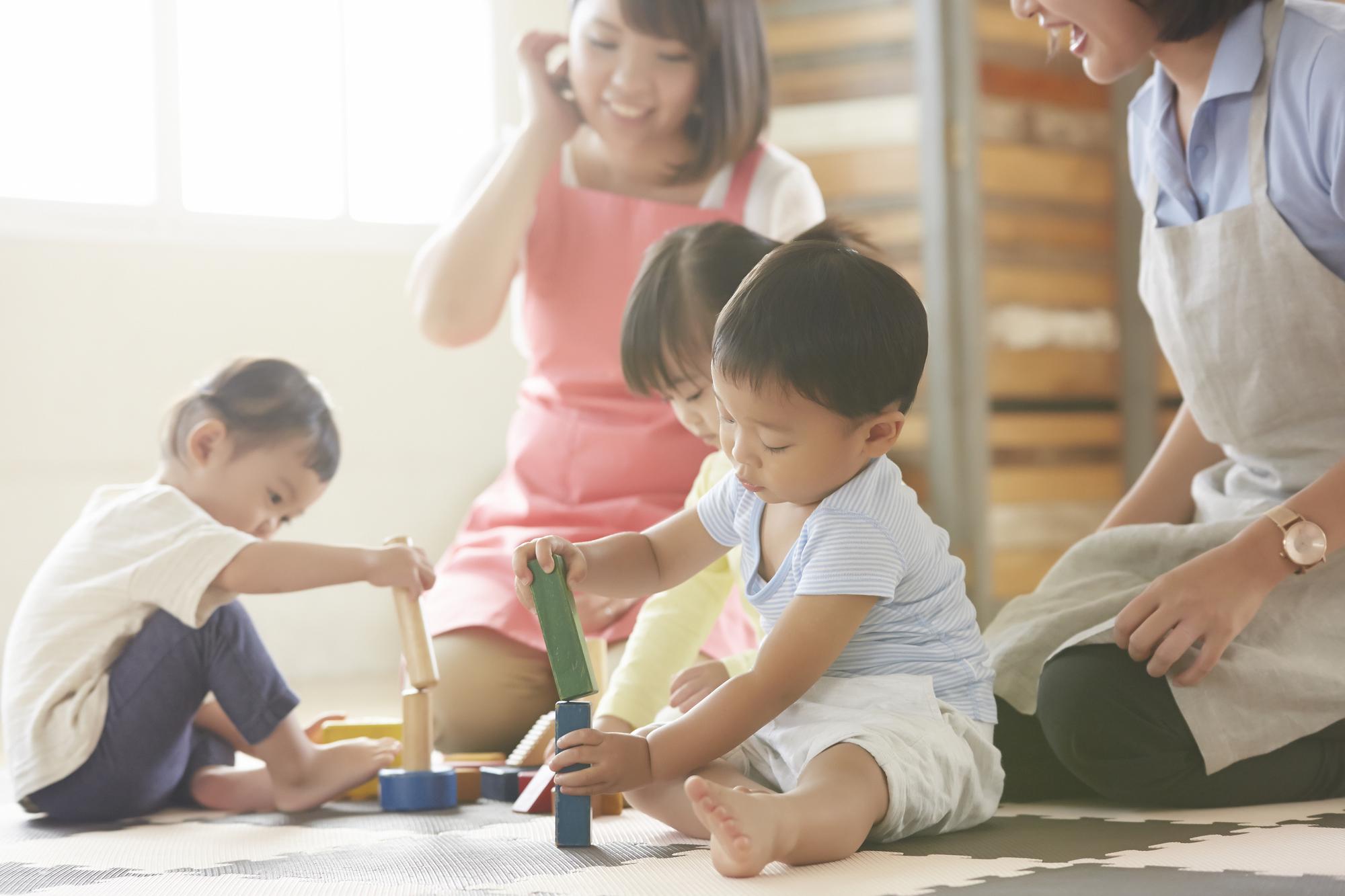 遊んでいる保育士と子供