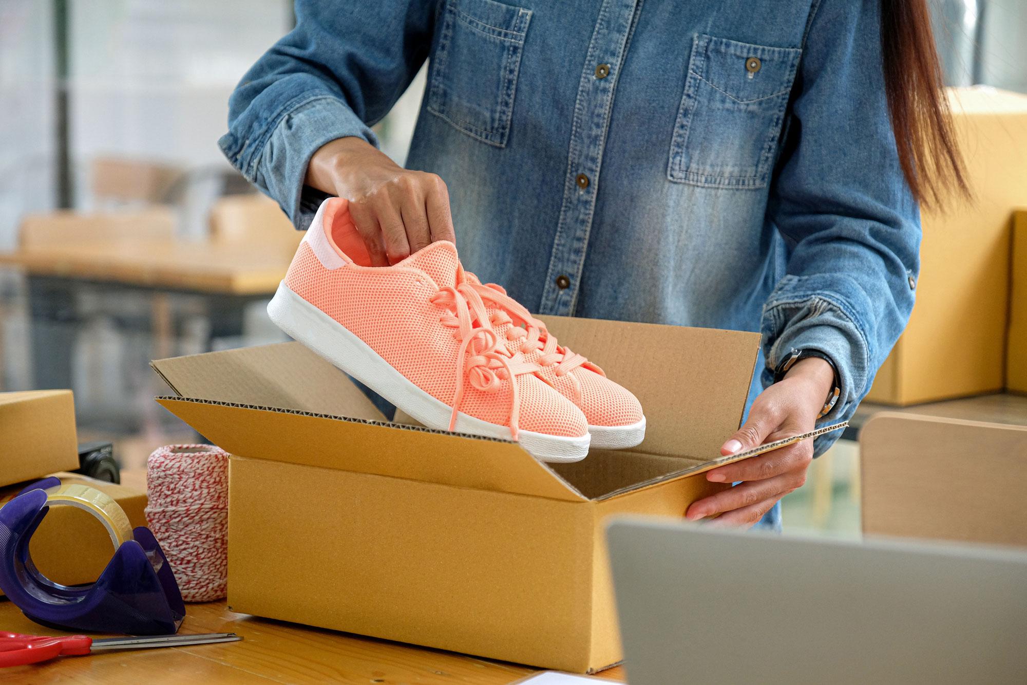 靴を梱包する女性