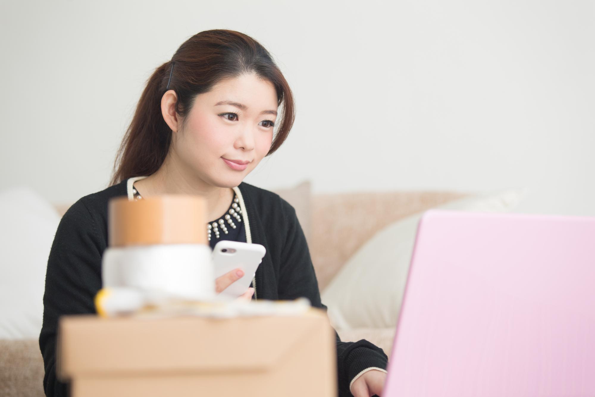 パソコンをする若い女性
