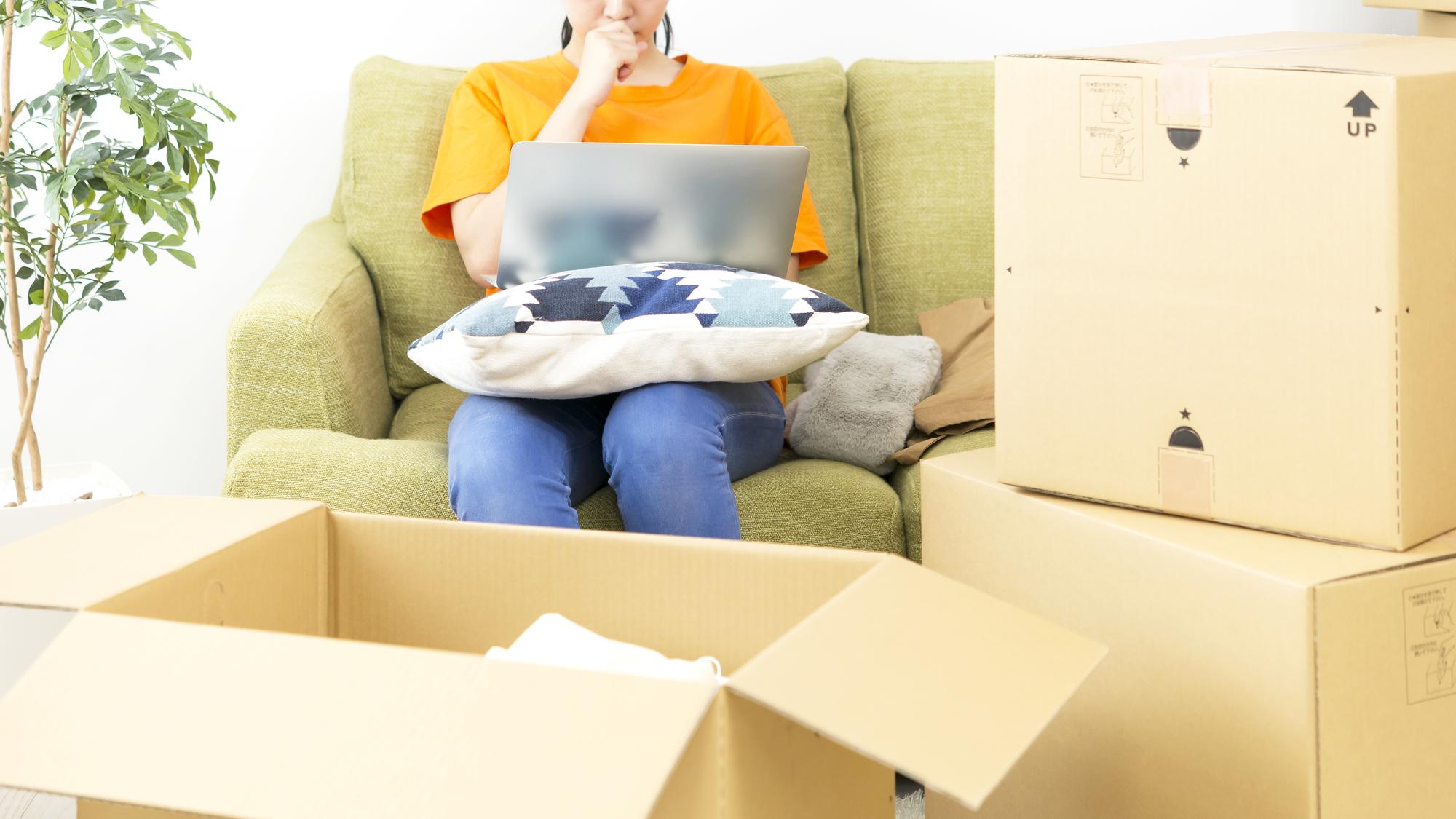 引っ越しで困ってパソコンで検索する女性