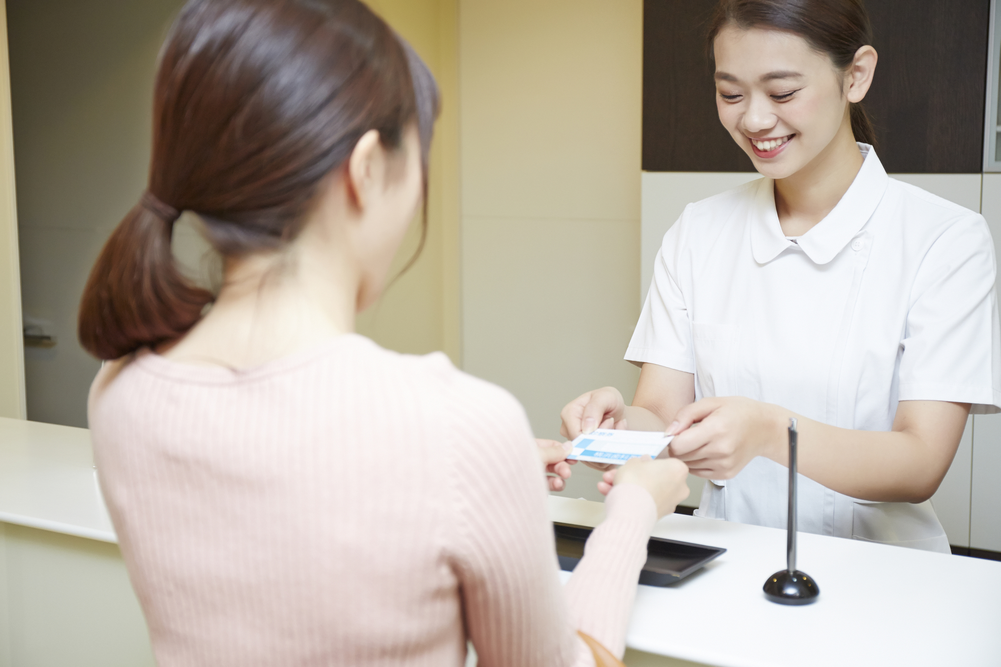 病院の受付で働く女性