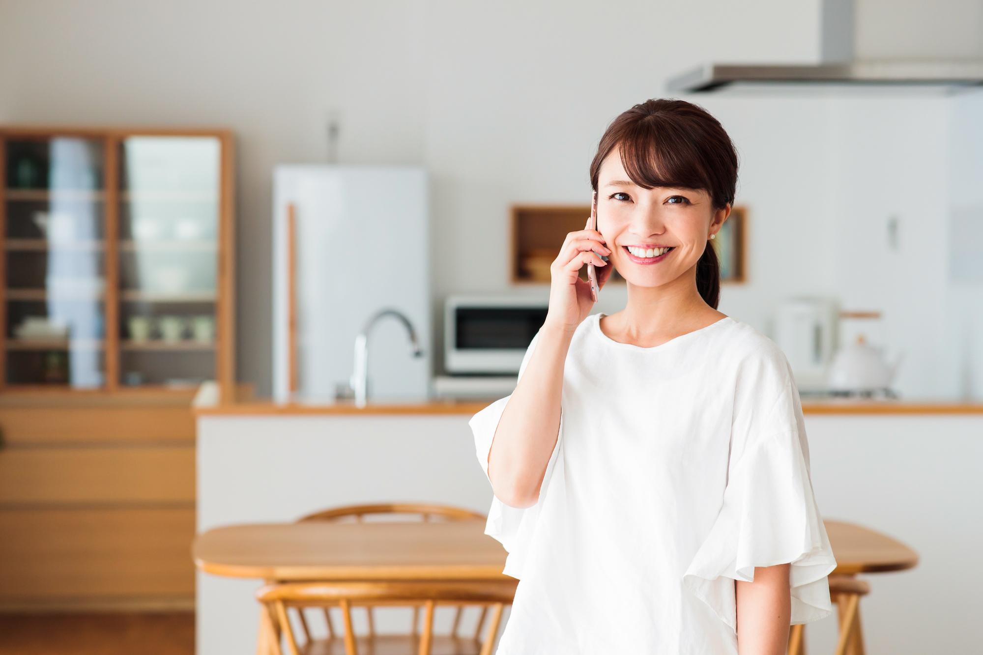電話をする若い女性
