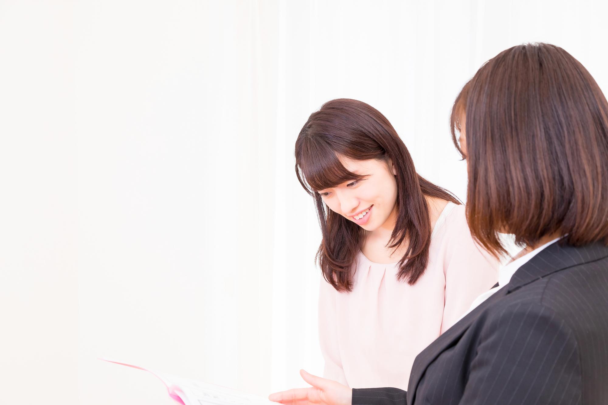 ビジネスウーマンと話す女性