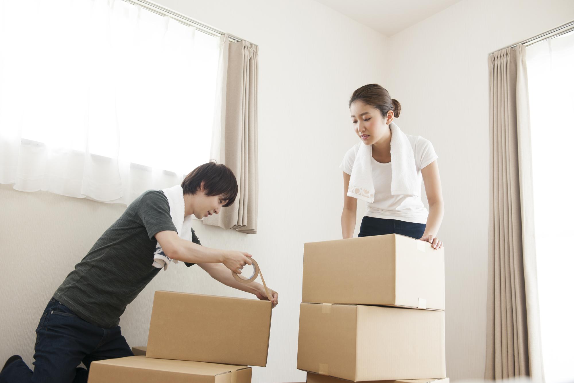 引っ越し準備をする夫婦