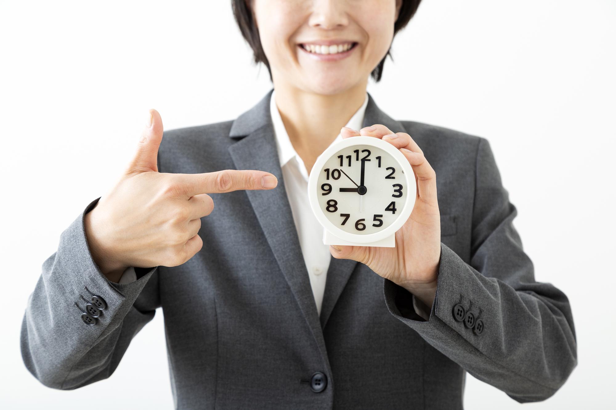 時計を持つビジネスウーマン