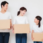 引っ越し準備をする家族