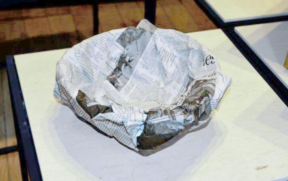 お皿を新聞紙で包む