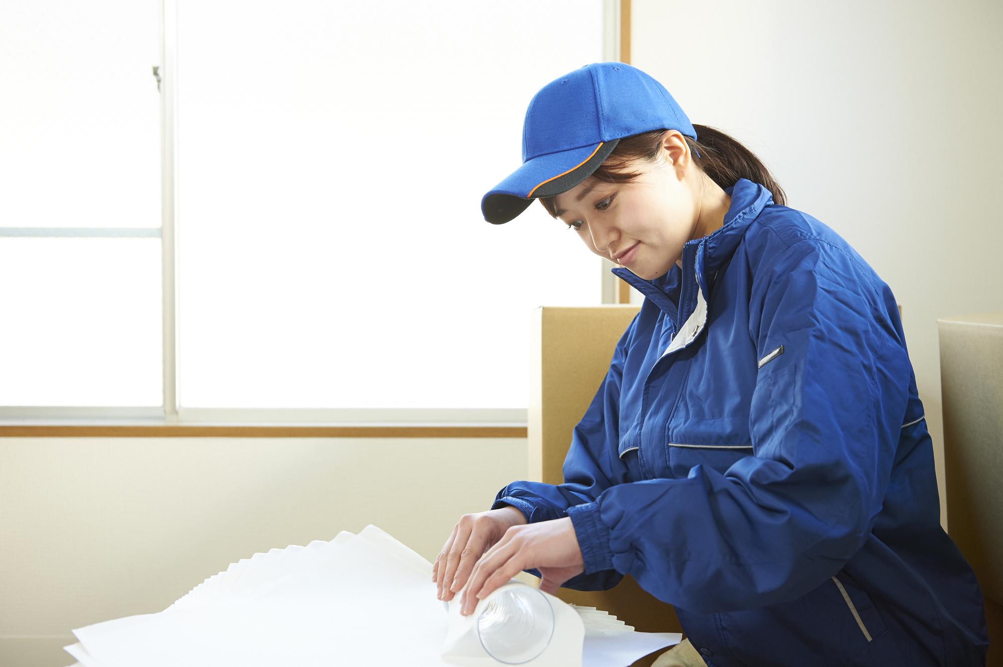 女性スタッフが梱包するイメージ